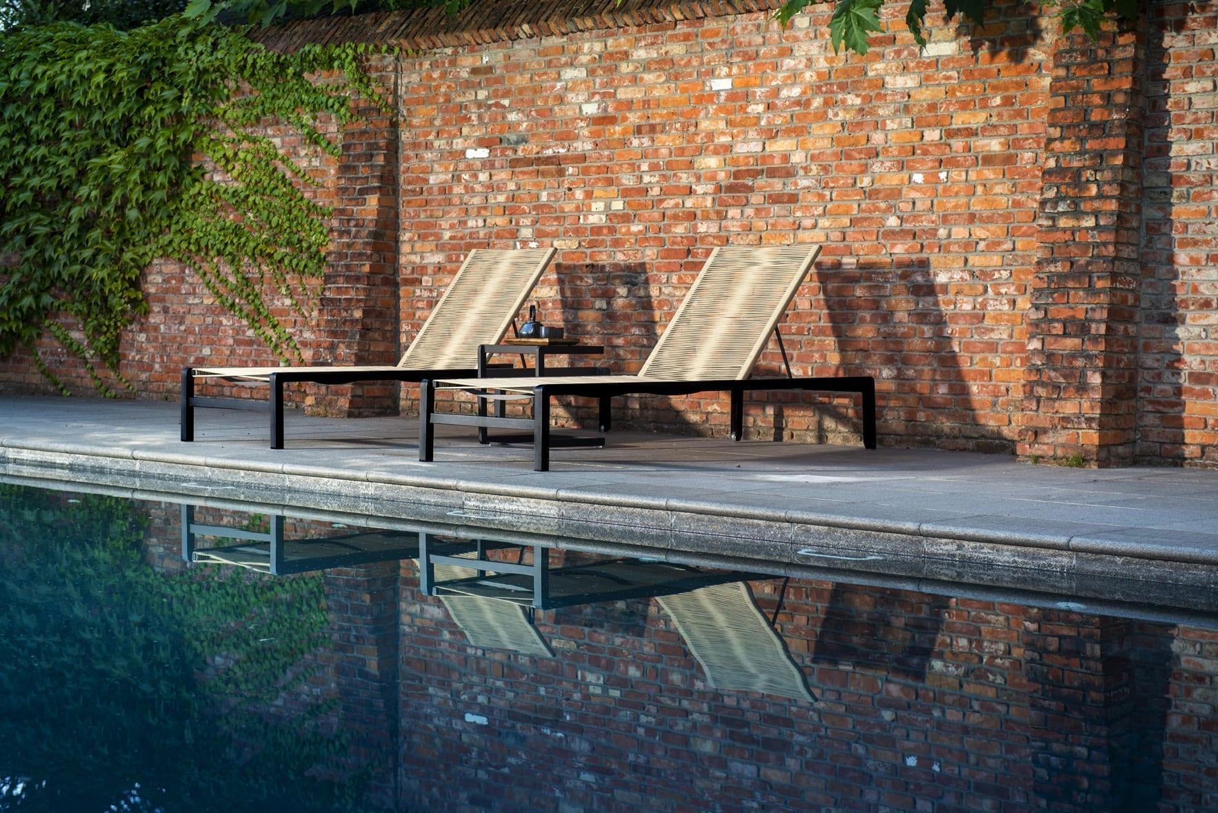 Ishi loungers, black naturel + Hokan side table, black | Yoi Oisterwijk